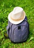 Zaino grigio con il cappello bianco Fotografia Stock