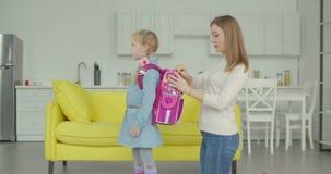 Zaino preoccupantesi dell'imballaggio della madre della scolara a casa stock footage