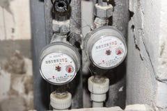 Zainstalowani wodnych metrów, gorących i zimnej wody metry na drymbach, w górę obraz stock