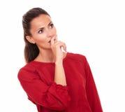Zainteresowana latynoska kobieta patrzeje jej lewica Fotografia Stock