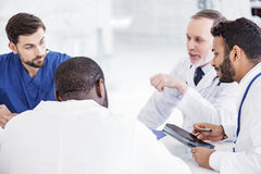 Zainteresowani lecznictwa dyskutuje promieniowanie rentgenowskie podczas spotkania zdjęcie royalty free