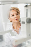 Zainteresowany żeński lekarz w specjalnym pokoju fotografia stock