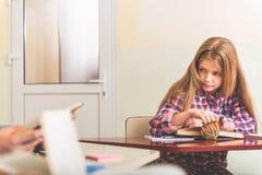 Zainteresowany żeński nastolatek przy lekcją Zdjęcie Stock