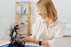 Zainteresowany nowator pracuje z elektronicznym robotem w studiu obrazy stock