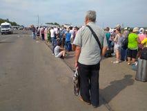 Zaitseva, Ukraine - 22. August 2016: Leute stehen in der Linie an der Kreuzung des Kontrollpunkts im Bereich der Anti-Terroristop Lizenzfreies Stockbild