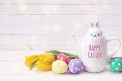 Zając z wiadomości Szczęśliwą wielkanocą, jajkami i tulipanami na whit, Fotografia Stock