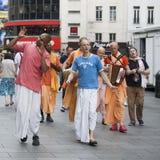 Zajęczy Krishna zwolennicy chodzą w dół Londyńską ` s Oksfordzką ulicę w ich pomarańczowych kontuszach Obrazy Royalty Free