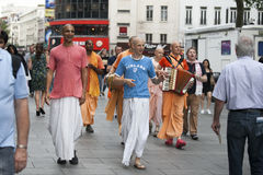 Zajęczy Krishna zwolennicy chodzą w dół Londyn Oksfordzką ulicę w ich pomarańczowych kontuszach Fotografia Royalty Free