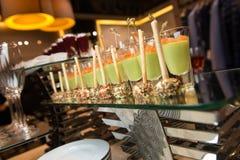 Zakąsek canapes z łososiem, serowe piłki z chlebowymi kijami Zdjęcie Royalty Free