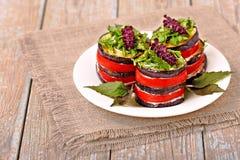 Zakąska oberżyna i pomidor z basilem Obrazy Stock