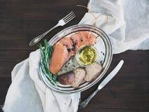 Zakąska ustawiająca: kurczaka carpaccio, chleb, oliwki, pikantność i wzrastał Fotografia Royalty Free