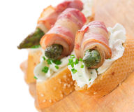 Zakąski - chlebów plasterki z bekonem, asparagusem i miękkim serem, Obrazy Royalty Free