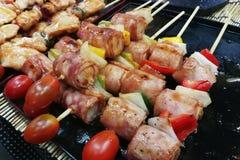 Zakąski jedzenie: surowy wołowiny skewer dla grilla Zdjęcia Royalty Free