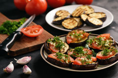 Zakąski piec na grillu oberżyny z pomidorami, czosnkiem i koperem, Zdjęcie Royalty Free