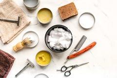 Zakład fryzjerski dla mężczyzna z narzędziami na białego tła odgórnym widoku Obraz Stock