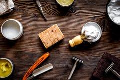 Zakład fryzjerski dla mężczyzna z narzędziami na drewnianego tła odgórnym widoku Obrazy Royalty Free
