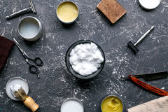 Zakład fryzjerski dla mężczyzna z narzędziami na szarego tła odgórnym widoku Zdjęcie Royalty Free