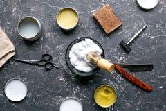 Zakład fryzjerski dla mężczyzna z narzędziami na szarego tła odgórnym widoku Obraz Stock