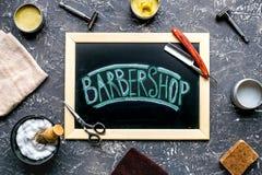 Zakład fryzjerski dla mężczyzna z narzędziami na szarego tła odgórnym widoku Obrazy Royalty Free