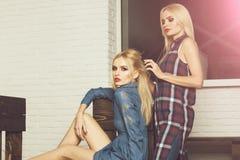 Zakład fryzjerski, fryzjer pracuje z blondynem kobieta zdjęcia stock