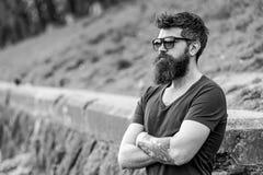 Zakład fryzjerski i stylu pojęcie Mężczyzna z brodą i wąsy na surowej twarzy, natury tło, defocused Modniś z fotografia stock