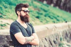 Zakład fryzjerski i stylu pojęcie Mężczyzna z brodą i wąsy na surowej twarzy, natury tło, defocused Modniś z zdjęcie stock