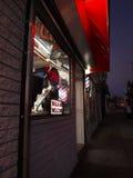 Zakład fryzjerski przy nocą Zdjęcie Royalty Free