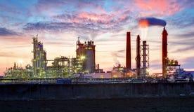 Zakład petrochemiczny przy nocą, ropa i gaz przemysłowy obrazy royalty free