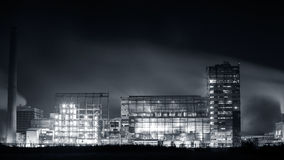 Zakład petrochemiczny w nocy Monochromatyczna fotografia Zdjęcie Stock