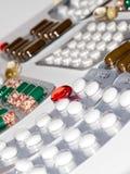 Zakładek witaminy, omega 3, lekarstwo pastylki i kapsuły w zlewce, Zdjęcie Stock
