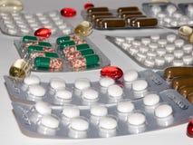 Zakładek witaminy, omega 3, lekarstwo pastylki i kapsuły w zlewce, Zdjęcie Royalty Free