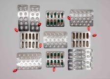 Zakładek witaminy, omega 3, lekarstwo pastylki i kapsuły w zlewce, Fotografia Stock