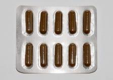 Zakładek witaminy, omega 3, lekarstwo pastylki i kapsuły w zlewce, Obrazy Royalty Free
