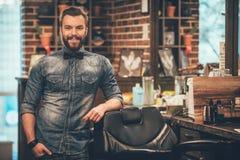 Zakładu fryzjerskiego właściciel zdjęcia royalty free