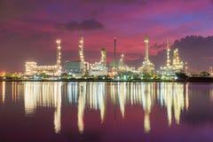 Zakładu petrochemicznego (rafineria ropy naftowej) przemysł przy mrocznym czasem Zdjęcie Royalty Free
