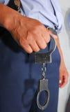 zakłada kajdanki policjanta Zdjęcie Royalty Free