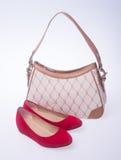 zak de vrouwen doen en vormen schoen op een achtergrond in zakken Stock Foto
