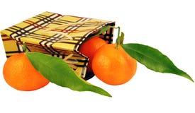 Zak en mandarijnen met bladeren Stock Foto's