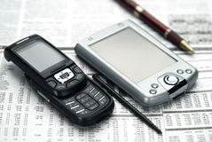 Zak en mobiel op krant. Royalty-vrije Stock Afbeeldingen