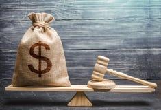 Zak geld met dollarteken en van een rechter hamer op de schalen Concept het lobbyen voor de goedkeuring van een wet of normen, royalty-vrije stock afbeelding