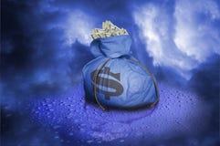 Zak geld op regendruppels Royalty-vrije Stock Foto's