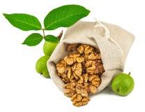 Zak gezuiverde okkernoot en groen okkernootfruit stock afbeelding