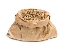 Zak met geïsoleerde ongepelde rijst Royalty-vrije Stock Foto