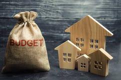 Zak met geld en de de inschrijvingsbegroting en blokhuizen Het concept de stadsbegroting Financiering in het land investing stock afbeeldingen