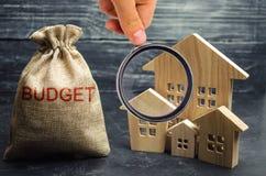 Zak met geld en de de inschrijvingsbegroting en blokhuizen Het concept de stadsbegroting Financiering in het land investing royalty-vrije stock foto