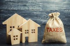 Zak met het geld en de de woordbelastingen en blokhuizen Belastingen op onroerende goederen, betaling Sanctie, schuldvorderingen  stock afbeeldingen
