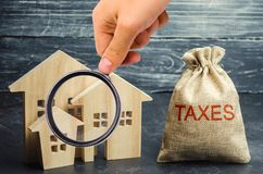 Zak met het geld en de de woordbelastingen en blokhuizen Belastingen op onroerende goederen, betaling Sanctie, schuldvorderingen  stock afbeelding