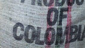 Zak met koffiebonen in koffiefabriek Inschrijvingsproduct van Colombia stock video