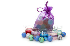Zak met stenen en kaarsen op een witte achtergrond Stock Foto's