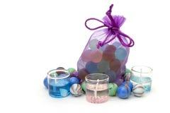 Zak met stenen en kaarsen over wit worden geïsoleerd dat Royalty-vrije Stock Foto